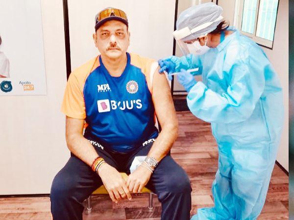 भारतीय क्रिकेट टीम के कोच रवि शास्त्री ने मंगलवार को कोरोना की वैक्सीन लगवाई। - Dainik Bhaskar