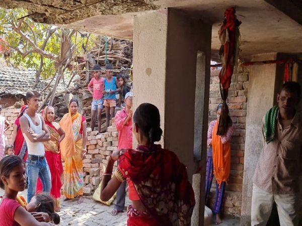 छत की कुंडी से लटकते इसी कपड़े से झूल रही थी साक्षी। - Dainik Bhaskar