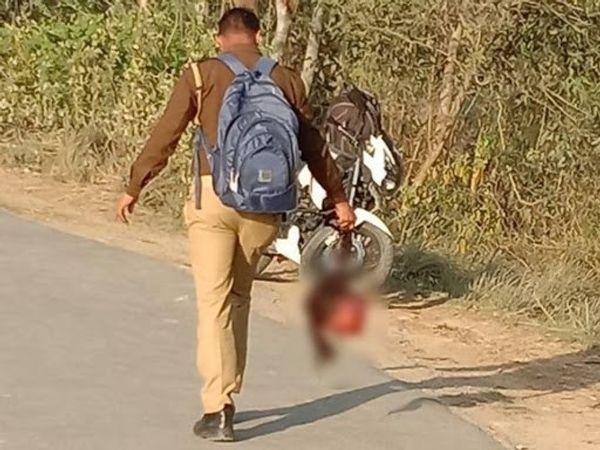फोटो हरदोई की है। पुलिसकर्मी ने मृत लड़की के कटे हुए सिर को ढकने के लिए कपड़ा तक नहीं लिया, बाल पकड़कर सिर ले जाता पुलिसकर्मी।