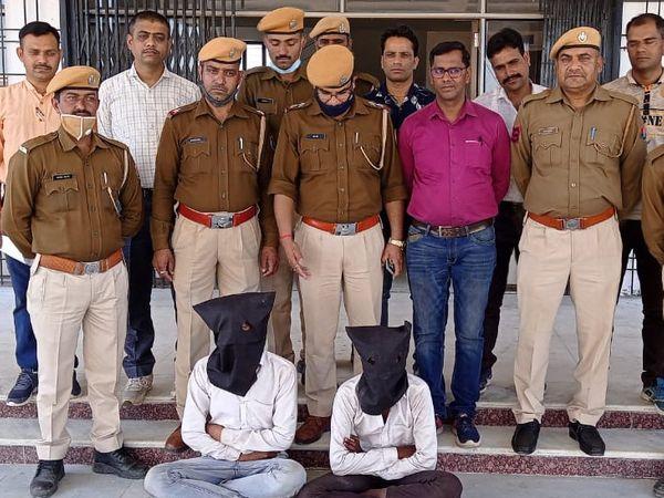 पुलिस गिरफ्त में दोनों चोरी के आरोपी। - Dainik Bhaskar
