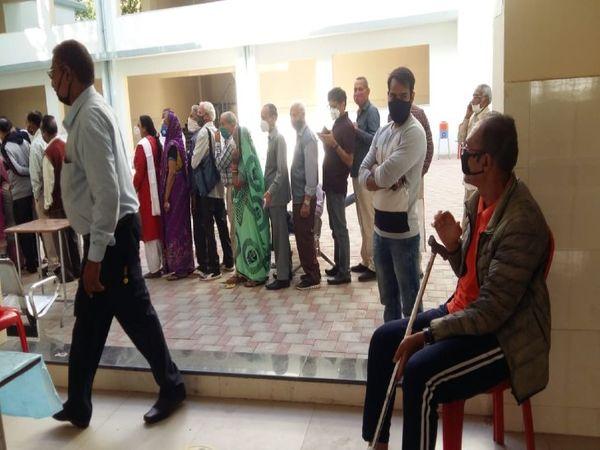 जेएएच के वैक्सीनेशन सेंटर पर सुबह से काफी संख्या में बुजुर्ग टीका लगवाने पहुंच गए थे, 80 फीसदी के पास रजिस्ट्रेशन नहीं था। - Dainik Bhaskar