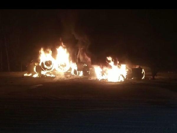 हाइवे पर बिलौआ के पास डंपर-ट्रक की टक्कर के बाद जलते ट्रक-डंपर, इसमें ट्रक चालक जिंदा जल गया है - Dainik Bhaskar