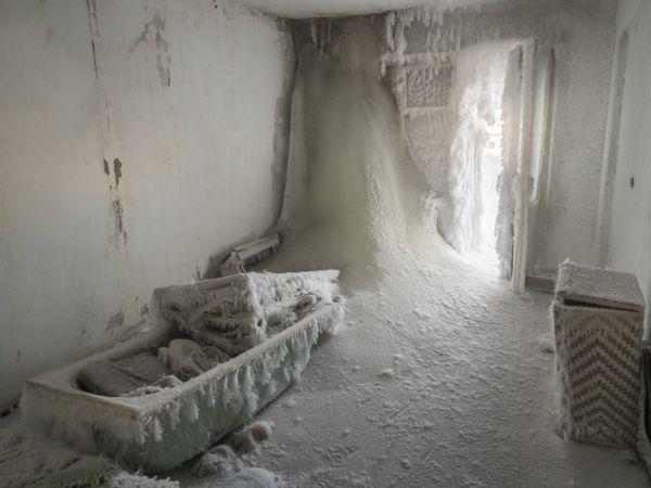 एक घर का बाथरूम और उसमें मौजूद बाथटब। अगर यहां कुछ नजर आता है तो बस बर्फ।
