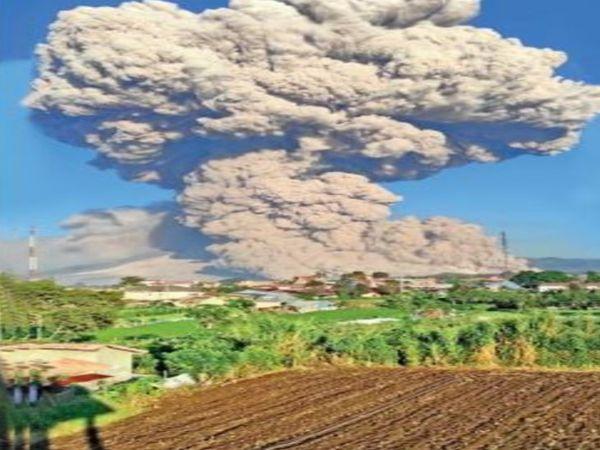 माउंट सिनबुंग ज्वालामुखी में मंगलवार को भीषण विस्फोट हुआ। - Dainik Bhaskar