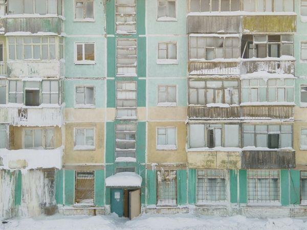 शहर की एक मल्टी स्टोरी बिल्डिंग पिछले साल कुछ इस तरह नजर आई थी। दीवारों पर रंग नजर आया था। अब सिर्फ सफेद चादर नजर आती है।