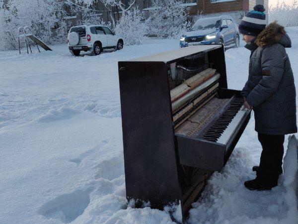 फोटो 10 नवंबर 2020 का है। तब वोरकुता का टेम्परेचर - 24 डिग्री सेल्सियस था। इस दौरान घर के बाहर एक बच्चा कबाड़ हो चुके पियानों के पास इस अंदाज में नजर आया था।