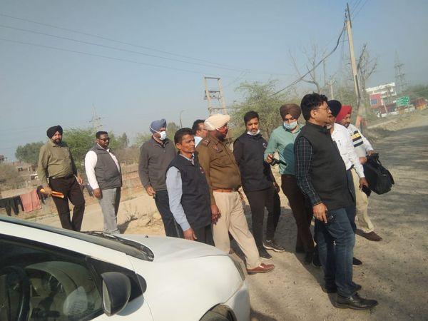 रिश्वतखोरी के आरोपी ASI मुल्खराज को गिरफ्तार कर ले जाती विजिलेंस की टीम। - Dainik Bhaskar