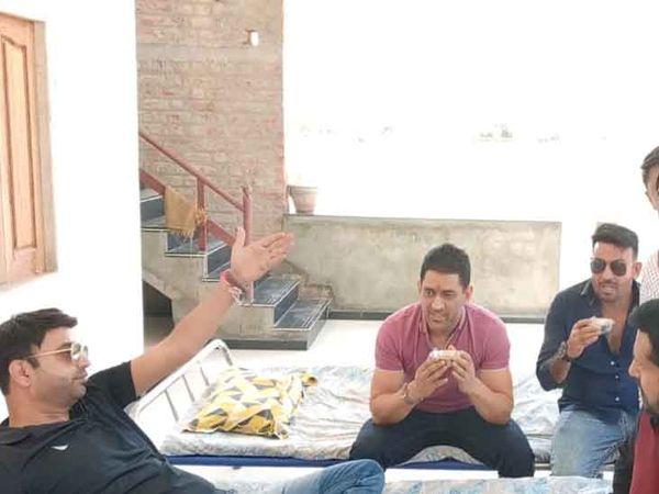 स्कूल भवन का उद्घाटन करने पहुंचे महेंद्र सिंह धोनी राजस्थान में जालोर जिले के जाखल गांव में चाय पीते हुए। - Dainik Bhaskar