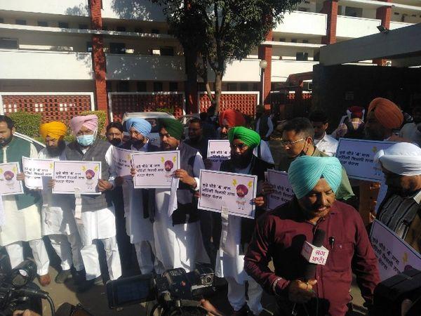 AAP के सामूहिक विधायक दल ने बुधवार को MLA हॉस्टल से पंजाब विधानसभा तक पैदल मार्च किया। - Dainik Bhaskar