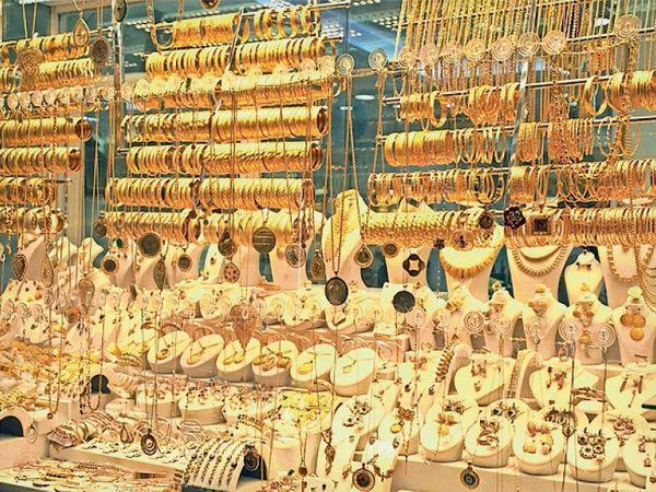 अंतरराष्ट्रीय बाजार में सोने की कीमतें अगस्त से अब तक करीब 17 प्रतिशत घटी हैं। - Dainik Bhaskar