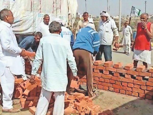 In Bahadurgarh, farmers have started building pucca houses on the bypass.  - Dainik Bhaskar