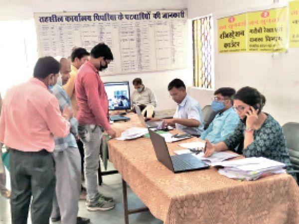 जनसुनवाई में लोगों की समस्या सुनते अधिकारी। - Dainik Bhaskar