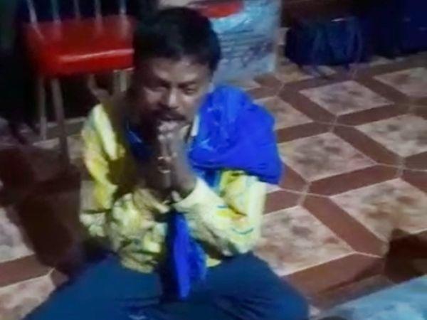 सुसाइड की धमकी देते DEO का यह वीडियो वायरल हाे रहा है। - Dainik Bhaskar