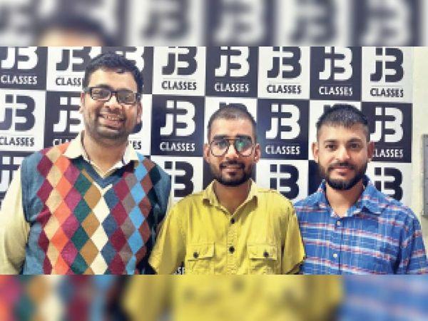 लीलाधर पीली शर्ट में । - Dainik Bhaskar