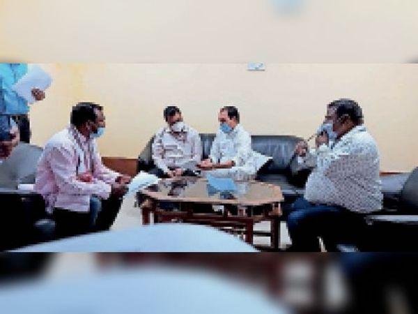 जीएम को समस्या से अवगत कराते यात्री सुविधा समिति के पूर्व सदस्य। - Dainik Bhaskar
