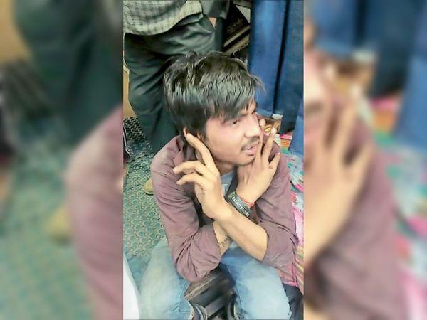 पानीपत. इंसार बाजार में झपट्टमारी के बाद पकड़ा गया तो युवक कान पकड़कर माफी मांगने लगा। - Dainik Bhaskar