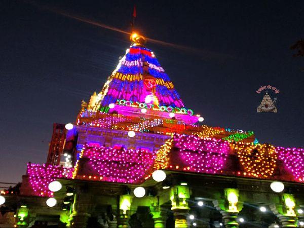 शिव नवरात्रि में महाकाल मंदिर को रंगबिरंगी रोशनी से सजाया गया है।
