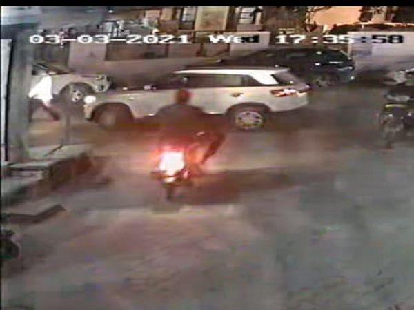 बाली लूट के बाद भागते समय कैमरे में कैद हुआ बाइक सवार बदमाश। - Dainik Bhaskar
