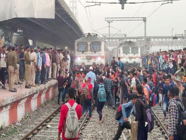 कटिहार में आक्रोशित छात्र पटरी पर उतर गए और राजधानी ट्रेनों को रोक दिया। - Dainik Bhaskar