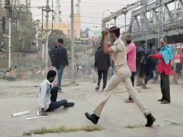 पुलिसकर्मियों ने छात्रों को पटरी से हटाने के लिए बल प्रयोग किया।