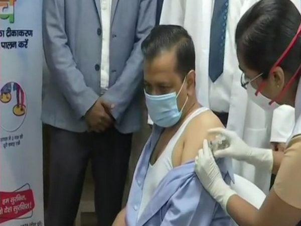 दिल्ली के CM अरविंद केजरीवाल ने LNJP हॉस्पिटल में कोवीशील्ड वैक्सीन लगवाई।
