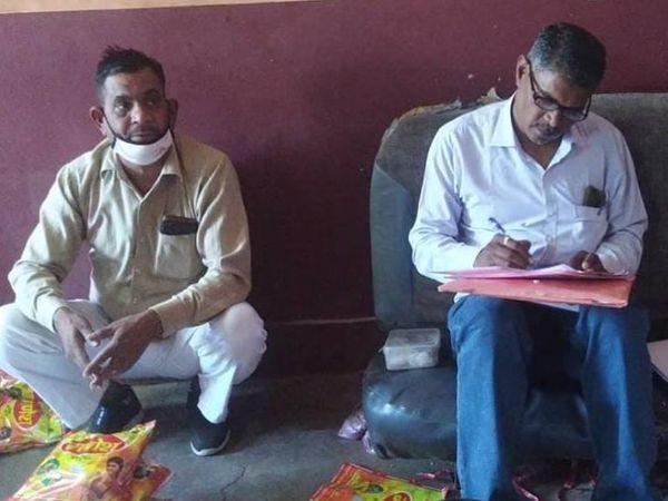 बरामद माल का आकलन करते खाद्य विभाग के कर्मचारी। - Dainik Bhaskar