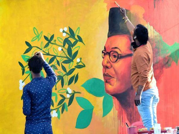 नेताजी के जीवन वृत्त को कैनवास पर उता रहे कलाकार।