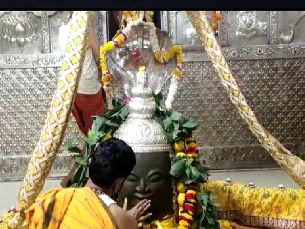 शिव नवरात्रि में महाकाल मंदिर में बाबा महाकाल को संध्या श्रृंगार में नाग धारण कराया गया। - Dainik Bhaskar