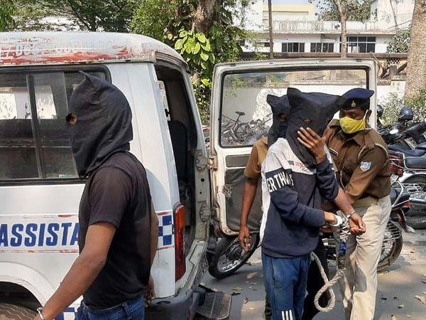 रघुवीर पाठक समेत गिरफ्तार दो आरोपी सूरज मिश्रा और अनिल श्रीवास्तव को पुलिस ने गुरुवार को जेल भेज दिया। - Dainik Bhaskar