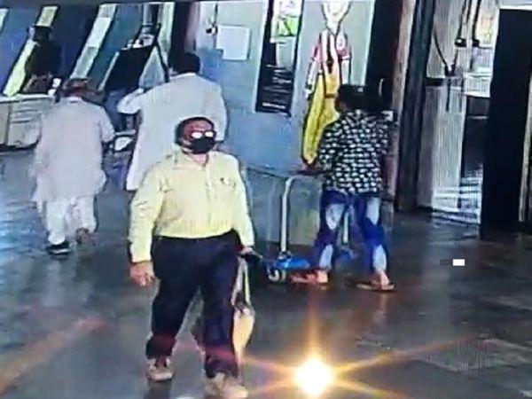 मंत्रालय के CCTV कैमरे में आखिरी बार 1 मार्च को राजेश श्रीवास्तव दिखे थे। रायपुर के राखी थाने की पुलिस इस मामले की जांच कर रही है। - Dainik Bhaskar