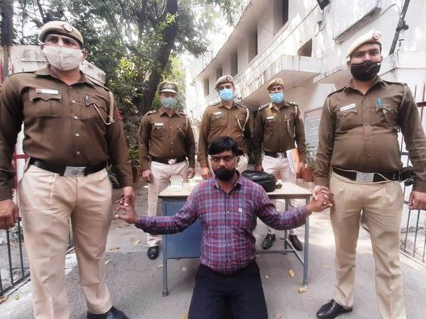 पुलिस के शिकंजे में लूटेरा - Dainik Bhaskar