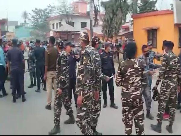 यूपी में गोरखपुर सोनौली बार्डर के पास नेपाल से आ रहे तस्करों ने एक महिला पुलिसकर्मी पर हमला कर दिया। इसकी जानकारी मिलने पर आला अधिकारी मौके पर पहुंच गए। - Dainik Bhaskar