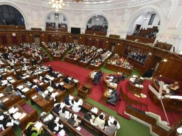 यूपी में विधानसभा का सत्र गुरुवार को अनिश्चित काल के लिए समाप्त कर दिया गया। हालांकि विपक्ष के हंगामे और भारी शोर शराबे के बीच सरकार ने अपना बजट पास करा लिया। - Dainik Bhaskar