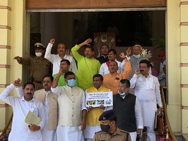 Khaskhabar/बिहार विधानसभा (Bihar Assembly) में गुरुवार को एक अजीब नजारा देखने को मिला. विधानसभा अध्यक्ष विजय सिन्हा (Speaker Vijay Sinha) सरकार के डिप्टी सीएम पर ही सख्त होते दिखे. दरअसल विधानसभा में उपमुख्यमंत्री तारकिशोर प्रसाद (Deputy CM Tarkishore Prasad) के विभाग से सवाल सबसे