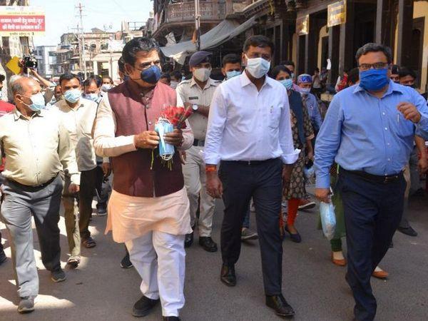 MP Shankar Lalwani, Collector Manish Singh and Commissioner Dr. Pawan Sharma distributed masks at Rajbada.  - Dainik Bhaskar