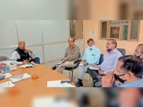 पानीपत. सरकारी और निजी स्कूलाें के बाहर गुटखा, बीड़ी-सिगरेट और खैनी की बिक्री पर प्रतिबंध लगाने काे लेकर सभी बीईओ के साथ बैठक करते डीईओ। - Dainik Bhaskar