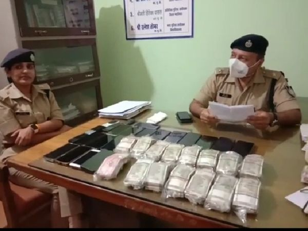 जुआरियों से बरामद 16 लाख रुपए कैश, 24 मोबाइल दिखाते हुए SP ग्वालियर अमित सांघी व  ASP हितिका वासल। - Dainik Bhaskar