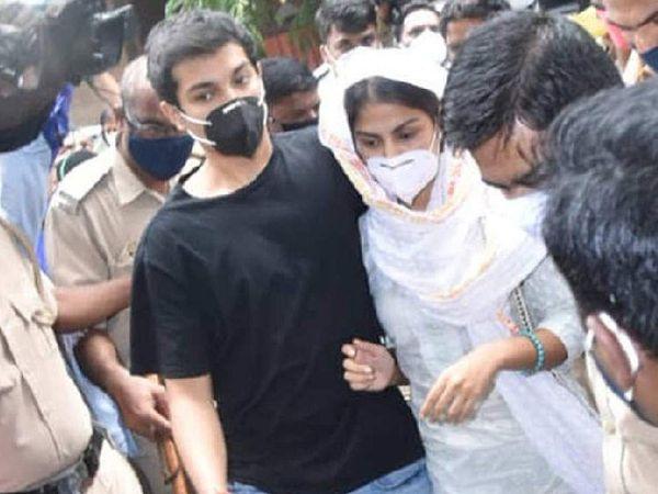 रिया और उनके भाई शोविक चक्रवर्ती की यह तस्वीर NCB ऑफिस में पूछताछ के लिए जाने के दौरान की है। बता दें कि इस मामले में रिया और उनका भाई दोनों आरोपी हैं। - Dainik Bhaskar