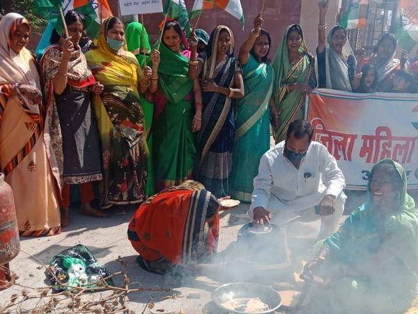 मिनी सचवालय के बाहर महिला कांग्रेस जिलाध्यक्ष कमलेश सैनी व कांग्रेस जिलाध्यक्ष योगेश मिश्रा सहित आसपास में खड़ी आम महिलाएं। जिलाध्यक्ष रोटी बनाते हुए।