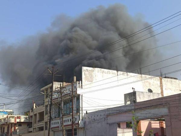 जिस जगह ये आग लगी थी, वह रिहाइशी इलाका है। आग लगने के बाद मौके पर अफरा तफरी का माहौल रहा।