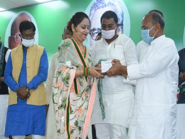 जदयू के सवर्ण मिलन समारोह में एक महिला को सदस्यता दिलाते आरसीपी सिंह। - Dainik Bhaskar