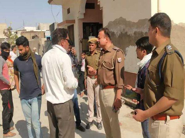 वारदात के बाद जानकारी लेते पुलिस अधिकारी