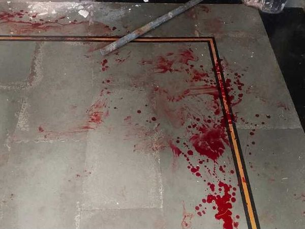 मकान की फर्श पर फैला लहू