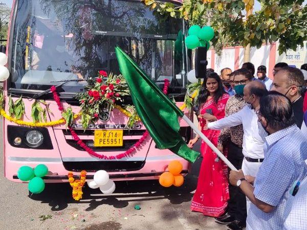 जयपुर में संचालित होने वाली 50 नई मिड्डी बसों को हरीझण्डी दिखाकर रवाना करते यूडीएच मंत्री शांति धारीवाल। - Dainik Bhaskar