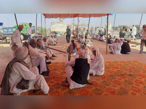 Farmers sitting jammed on the KMP-KGP Expressway.  - Dainik Bhaskar