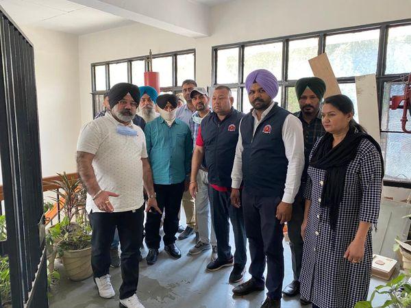 विजिलेंस टीम के साथ रिश्वत लेता पकड़ा गया ASI - Dainik Bhaskar