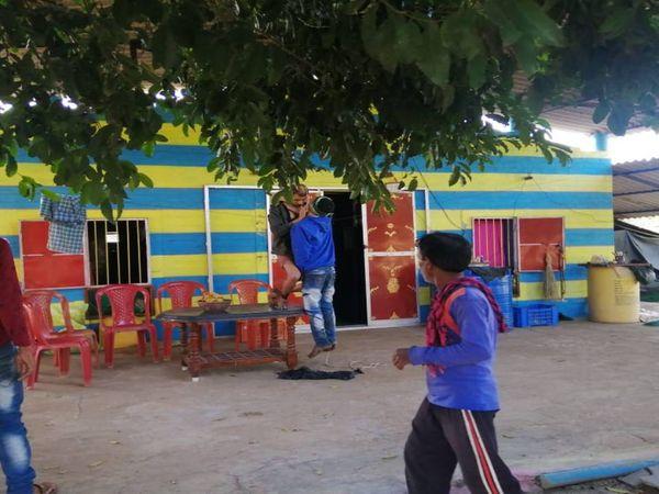 घटना दुर्ग जिले के पाटन इलाके के बठेना गांव की है। घर के मुखिया का मोबाइल स्विच ऑफ आने पर भाई ने दोस्त को देखने के लिए भेजा तो घटना का खुलासा हुआ। - Dainik Bhaskar