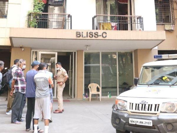 वारदात के बाद मौके पर जांच करने के लिए पहुंची मुलुंड पुलिस स्टेशन की टीम। - Dainik Bhaskar