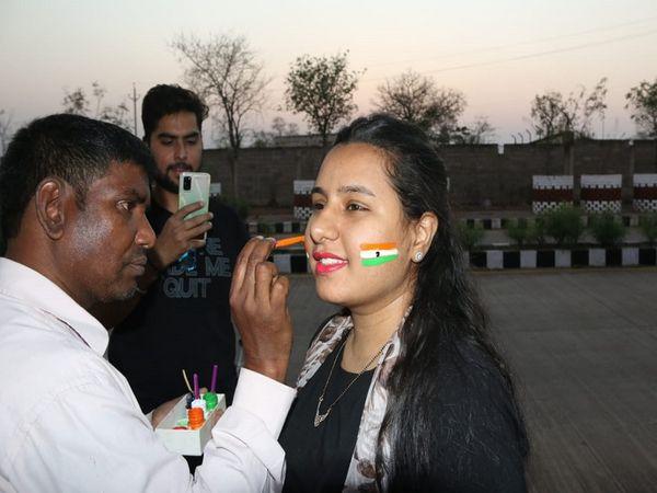 तस्वीर रायपुर की है। रोड सेफ्टी सीरीज के पहले दिन लोगों ने इस तरह से चेहरों पर तिरंगा बनवााया था।