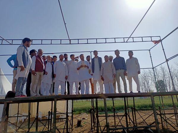 किसान पंचायत की तैयारियों में जुटे कांग्रेसी कार्यकर्ता और नेता।